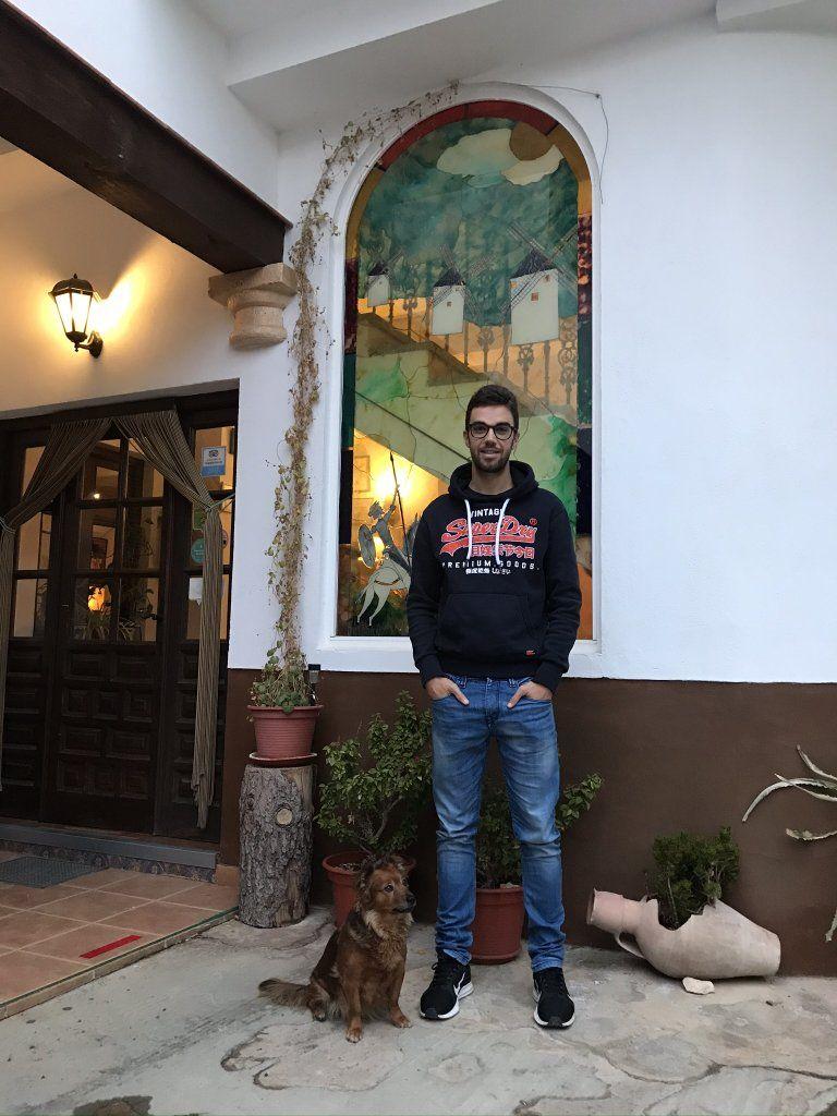 Entrevista a Jesús Herrada en Hostal rural Plaza, por Patricia Plaza. Mota del Cuervo (CUENCA), localidad natal del ciclista profesional del COFIDÍS