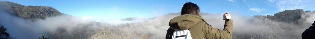 En época de vendimia descubrimos los llamados VINHOS VERDES, viajando hasta una zona de Portugal llamada MONTANHAS MÁGICAS donde descubriremos mucho más que gastronomía y enología, naturaleza, cultura y espectaculares rincones. Entra en el blog de Patriplanner y planifica tu viaje! La niebla se levanta y Patriplanner haciendo un vídeo y fotografiando el espectacular paisaje de las montanhas magicas desde los pasadizos de paiva